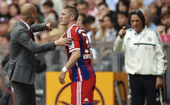 Imagen de archivo del 10 de mayo de 2014 que muestra a Pep Guardiola (i) mientras habla con Schweinsteiger y señala a Hans Wilhelm Müller-Wohlfahrt (d). Efe