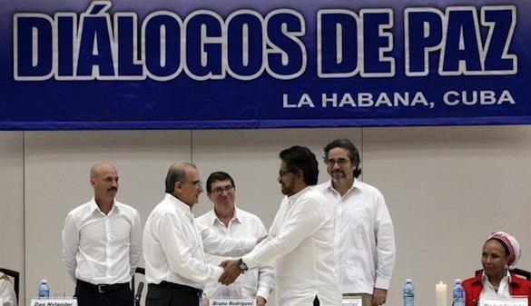 El Gobierno y las FARC firman un acuerdo de reparación a las víctimas