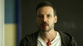 Escena del décimo capítulo de 'HIT', con Daniel Grao como Hugo, el polémico profesor protagonista.