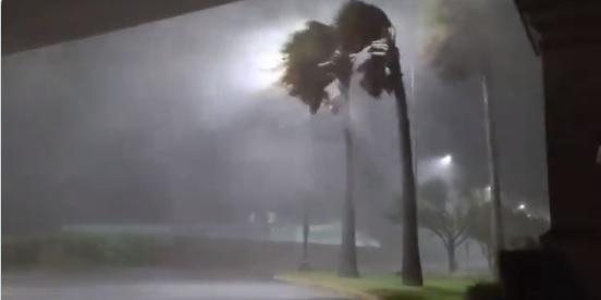 El huracán Laura toca tierra en Luisiana y amenaza con inundaciones catastróficas