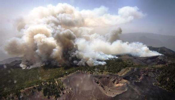 Miles de evacuados por el voraz incendio de La Palma