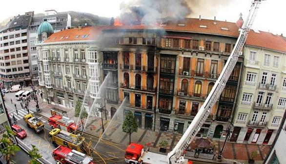 Fallece un bombero tras derrumbarse un edificio en Oviedo