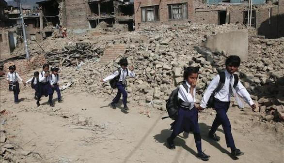 Casi un millón de niños podrían no volver a la escuela en Nepal