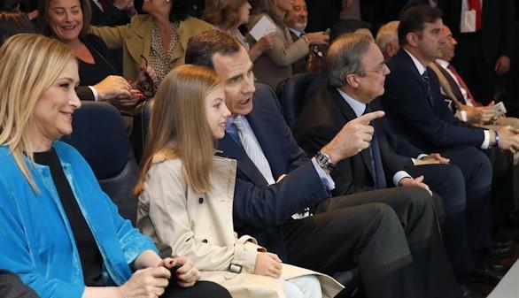 Sofía también 'debuta' en el fútbol: acompaña a Felipe VI al Bernabéu