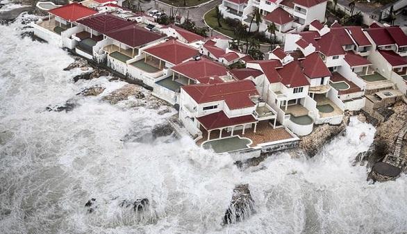 Fotografía cedida por el Departamento holandés de Defensa hoy, que muestra una vista aérea de los daños causados por el huracán Irma a su paso por Philipsburg (San Martín) el 6 de septiembre de 2017.
