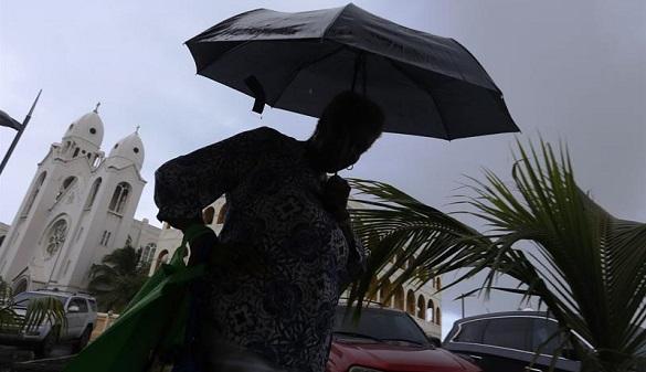 Una mujer caminaba bajo la lluvia el pasado martes 5 de septiembre de 2017, en San Juan (Puerto Rico).