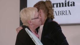 AMparo Salmón, jefa de La Ermita, abraza a una de sus trabajadoras en 'El jefe infiltrado'.