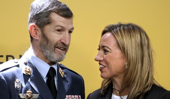 El exJEMAD Julio Rodríguez junto a Carme Chacón, entonces ministra de Defensa. Efe