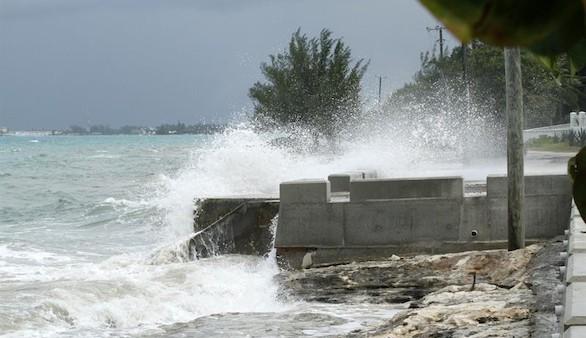 Joaquín deja un naufragio, un buque desaparecido y destrucción en el Caribe