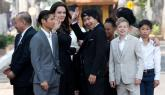 Angelina Jolie saluda a la prensa rodeada de sus seis hijos.
