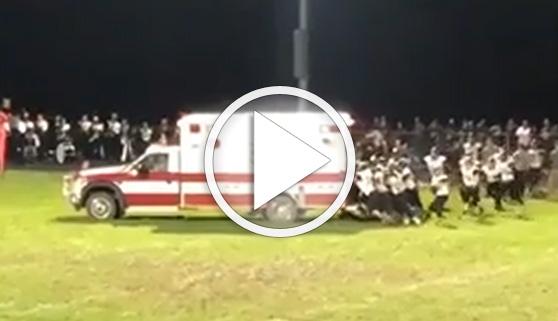 Vídeos virales. Jugadores de fútbol americano empujan una ambulancia