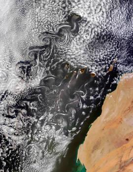 Fotografía facilitada por la NASA tomada por el satélite Terra el pasado 20 de mayo, en la que se observan varios vórtices de Karman de nubes arremolinadas a sotavento de las islas Canarias y Madeira. Efe