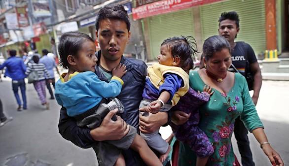 Otro terremoto azota Nepal: aumentan a 66 los muertos y a 1.928 los heridos