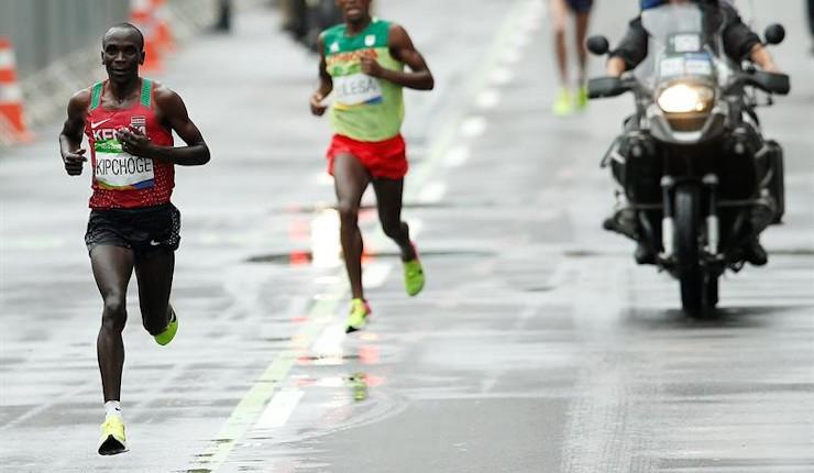 Kipchoge se consagra bajo la lluvia en el maratón olímpico