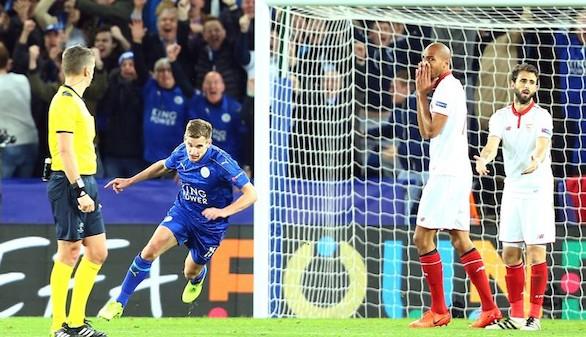 Marc Albrighton (i) de Leicester City anota contra Sevilla FC este martes 14 de marzo de 2017, durante un partido de los octavos de final de la Liga de Campeones UEFA entre Leicester City y Sevilla FC, en el estadio King Power en Leicester (R. Unido).