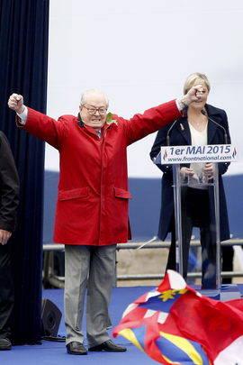 Jean-Marie Le Pen junto a su hija y actual presidenta del partido, Marine Le Pen, en un acto el 1 de mayo. Efe