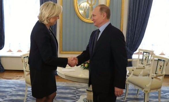 Encuentro sorpresa entre Le Pen y Putin
