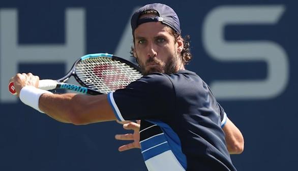 eliciano López de España devuelve una bola a Andrey Kuznetsov de Rusia este miércoles, 30 de agosto de 2017, durante un juego en el tercer día del Abierto de Tenis de EE.UU. en el Centro Nacional de Tenis USTA en Flushing Meadows, Nueva York (EE.UU.).