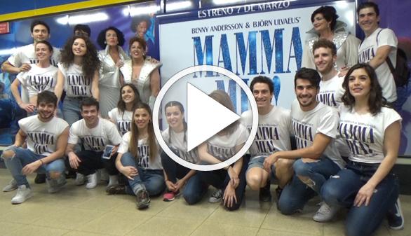 El musical Mamma Mia! se sube por sorpresa al Metro de Madrid