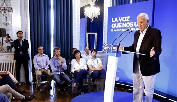 Margallo habla de 'desafío soberanista' y Colau pide su dimisión