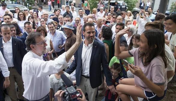 Dos encuestas 'sacrifican' a Rajoy por el Partido Popular