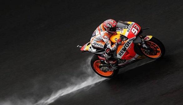 GP de Malasia. Márquez se cae y se complica el Mundial, con Pedrosa en la pole