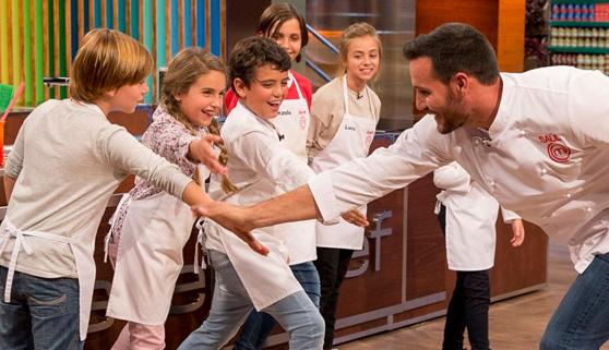 Saúl Craviotto, ganador de la versión Celebrity, visitó a los jóvenes aspirantes de 'MasterChef Junior'