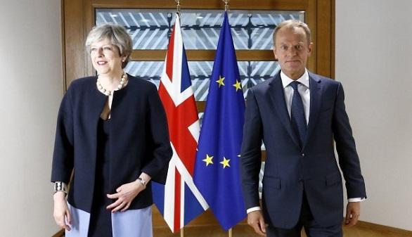 La UE, seria, exige