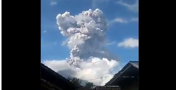El volcán Merapi entra en erupción y genera una columna de humo de 6 kms