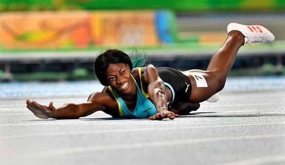 Shaunae Miller se arroja sobre la meta para ganar el oro en el 400