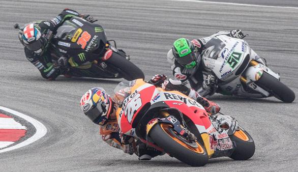 Rossi tira a Márquez en plena carrera