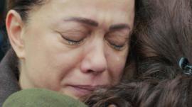 El abrazo envenenado de Hatice a Bahar en 'Mujer'.