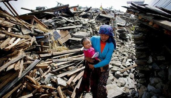 Rescatado un hombre de más de 100 años entre los escombros de su casa en Nepal