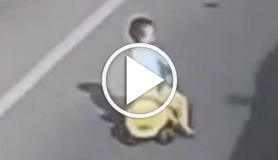 Vídeos virales. Un niño en triciclo sobrevive al tráfico de una autopista