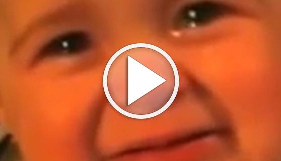 Vídeos virales. Un bebé se emociona al oír a su madre cantar
