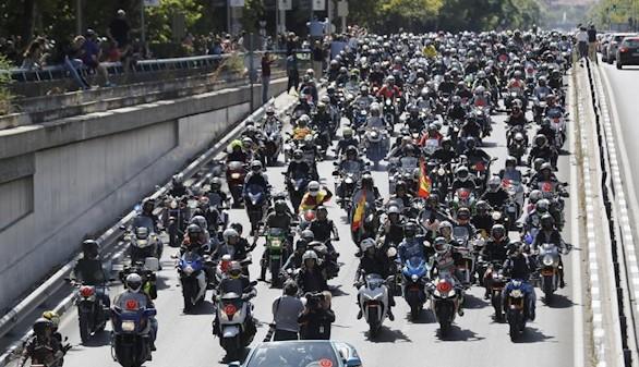 Miles de motos retumban en el multitudinario homenaje en Madrid a Ángel Nieto