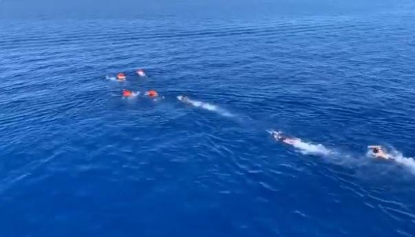 Migrantes del Open Arms se lanzan al mar para tratar de llegar a tierra