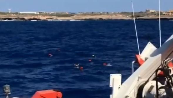 Once migrantes del Open Arms se lanzan al agua para llegar a Lampedusa