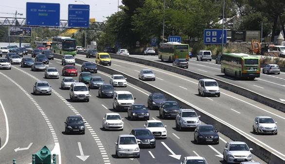 Primera gran escapada del verano con más controles en las carreteras