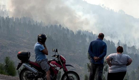 Orense, en vilo por fuegos que cercan casas y arrasan casi 4.000 hectáreas