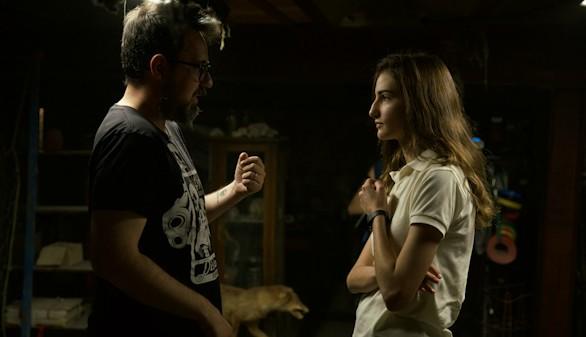 El director Paco Plaza junto a Sandra Escacena durante el rodaje de Verónica, película que se estrena este 25 de agosto.