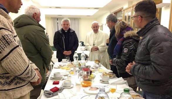 El Papa desayuna con seis mendigos que lo felicitaron por su cumpleaños