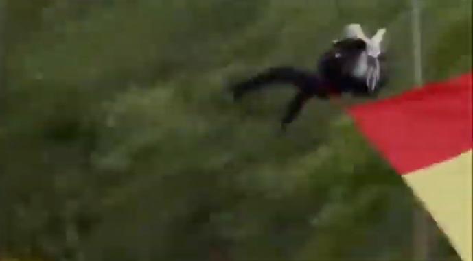 Vídeo | Un paracaidista se choca contra una farola durante el desfile