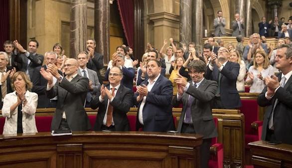 El TC bloquea el 1-O y el Parlament aprueba la ley de desconexión