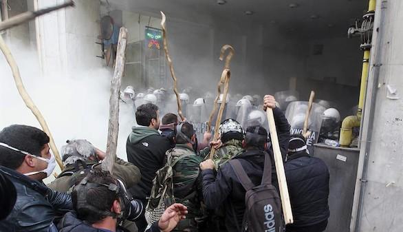 Atenas arde de nuevo por los recortes de las pensiones del campo