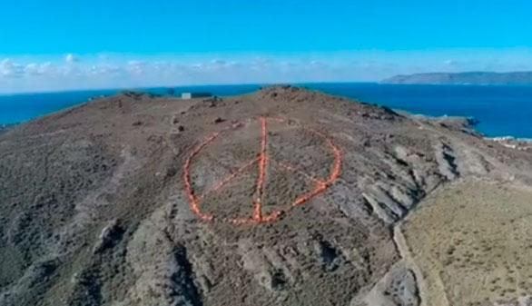 En Lesbos, tres mil chalecos salvavidas forman el símbolo de la paz