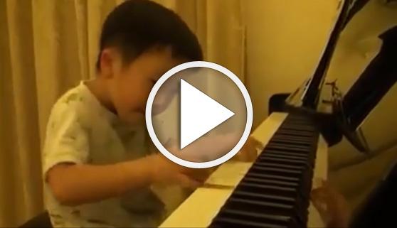 Vídeos virales. El pequeño prodigio de 4 años que enamoró a las redes con su piano