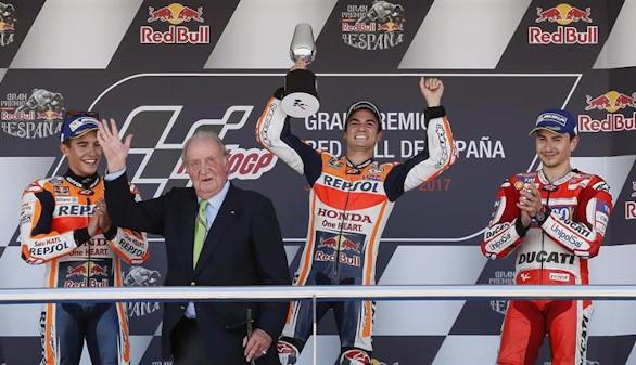 Los pilotos españoles de MotoGP Dani Pedrosa (Repsol Honda) (c); Marc Márquez (Repsol Honda) (i) y Jorge Lorenzo (Ducati Desmosedici ) (d), en presencia del rey Juan Carlos, en el podio tras lograr la primera, segunda y tercera posición, respectivamente, en el Gran Premio de España disputado este domingo en el circuito de Jerez de la Frontera.