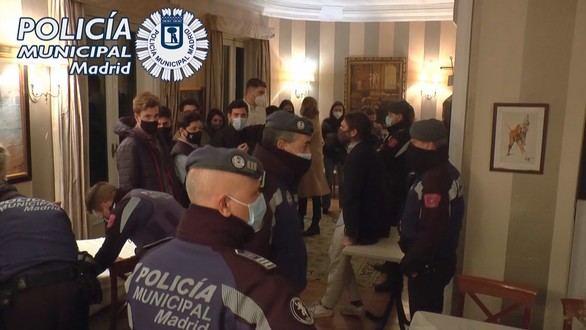 Policía Municipal desalojando una fiesta ilegal en Madrid.