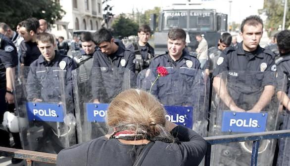 La Policía carga durante un intento de homanaje a las víctimas de Ankara